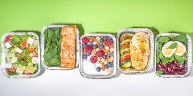 건강한 케이터링 메뉴, 택배 음식 배달 도시락. 쇠고기 스테이크 고기, 닭고기 필레, 생선 및 야채를 패키지로 제공합니다. 일일 식사 다이어트 계획 배달, 용기 제거, 온라인 주문 개념