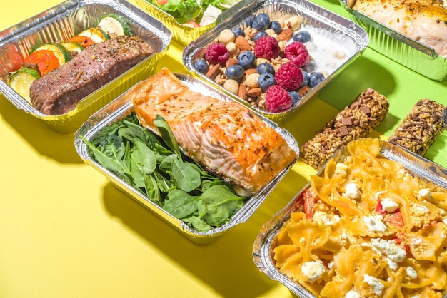 Меню здорового питания, ланч-боксы с доставкой курьером. стейк из говядины, мясо, куриное филе, рыба и овощи в упаковке. ежедневная доставка диетического плана, контейнеры на вынос, концепция онлайн-заказа