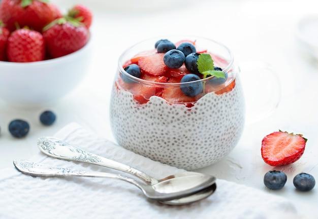 ココナッツミルクイチゴと健康的なチアプリンチアシードブルーベリーグラス