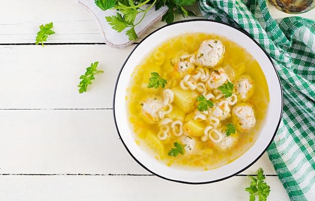 ヘルシーチキンミートボールスープとパスタ