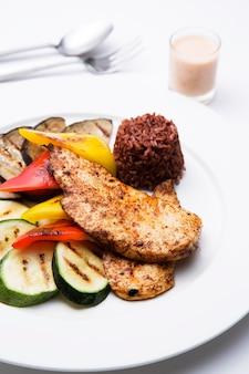 Здоровый куриный стейк с овощами гриль