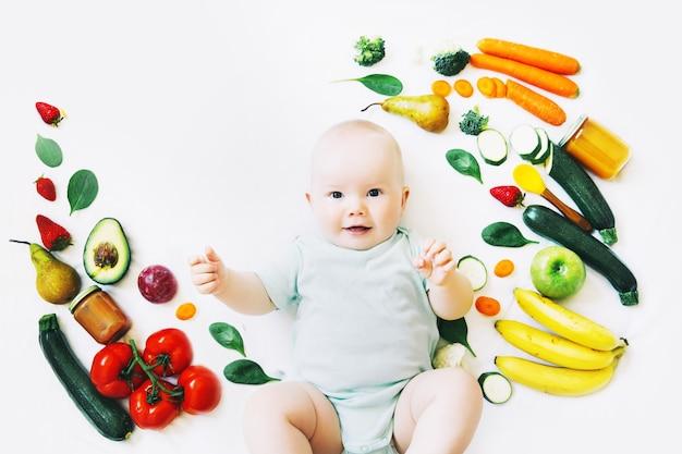 건강한 아이 영양 음식 배경 웃는 아기 8 개월아기 첫 번째 고형 수유