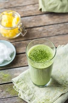 Концепция здорового чистого питания, кето, кетогенная диета, утренний стол для завтрака. пуленепробиваемый чай матча латте с органическим кокосовым маслом и топленым маслом. уютная атмосфера кафе