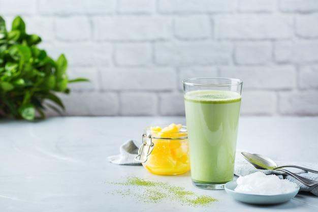 健康的なきれいな食事の概念、ケト、ケトン食療法、朝食の朝のテーブル。有機ココナッツオイル、ギーバターを使った防弾抹茶ラテティー。居心地の良いカフェの雰囲気