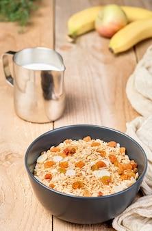 健康的なクリーンフード、ダイエット、フィットネス栄養。バランスの取れた栄養、健康的な朝食のコンセプト。テーブルの上の自家製ミューズリーとグラノーラの食材。クローズアップ、セレクティブフォーカス