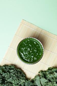 신선한 녹색 채소와 상추 잎으로 만든 건강한 칵테일 또는 스무디.