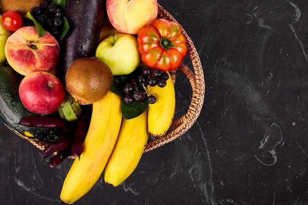 健康的なカラフルな食べ物と野菜のバスケット