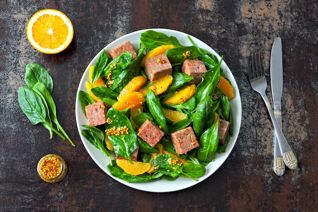 Полезный красочный салат с копченым лососем, шпинатом и апельсином