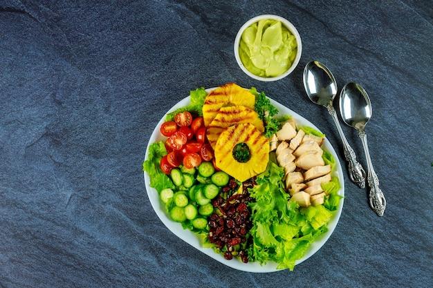 野菜、ゆで卵、鶏の胸肉を使ったヘルシーでカラフルなサラダ。