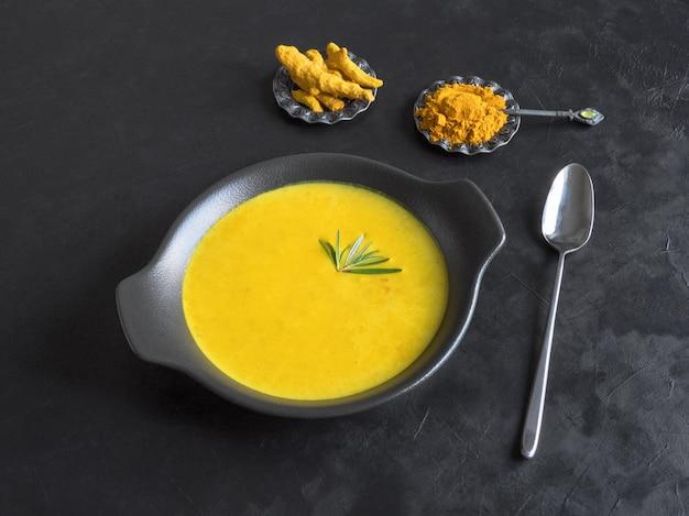 Крем-суп из куркумы на черном фоне