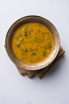 ヘルシーなダルパラクまたは黄色のトゥールほうれん草ダールのレシピは、インドではパタルバジとしても知られ、ボウルに入れて提供されます