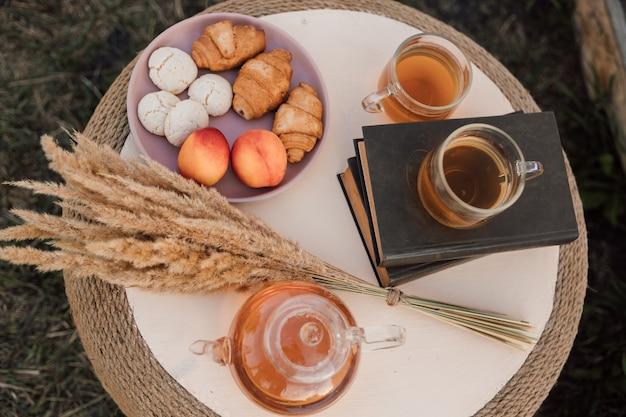 自然の中で健康的なおいしい朝食