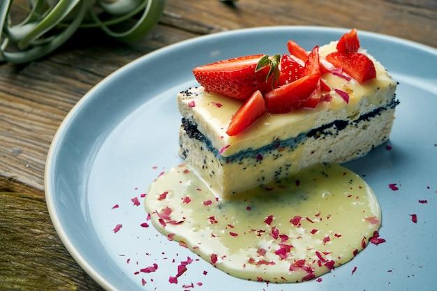 ヘルシーなデザート-ケシの実とイチゴを木製のプレートでカッテージチーズのキャセロール