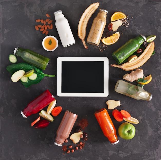 과일 및 야채 재료와 정제로 건강한 해독 음료. 스무디, 평면도, 평면 누워 유리 병. 인터넷 주문 온라인 개념