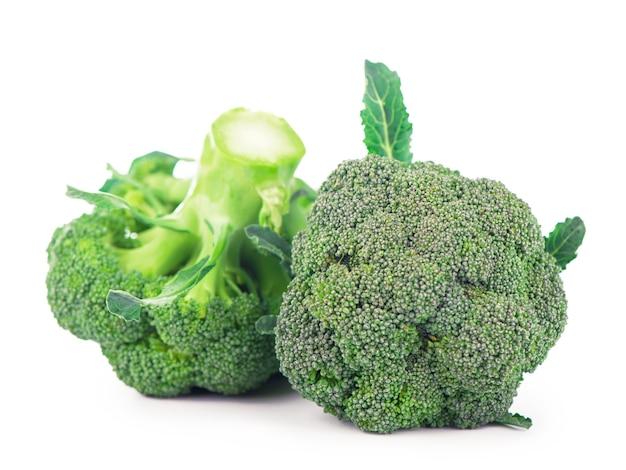 Концепция здорового питания - свежая зеленая брокколи, изолированная на белой поверхности