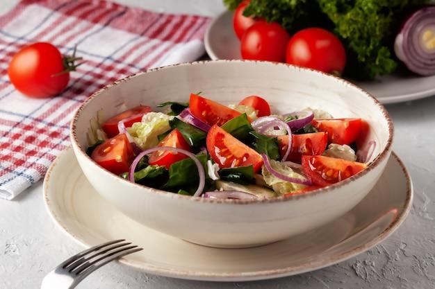 健康的なダイエット。新鮮な野菜とハーブのサラダ。