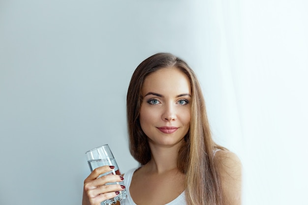건강한 다이어트 영양. 비타민 알 약을 복용하는 아름 다운 젊은 여자의 초상화
