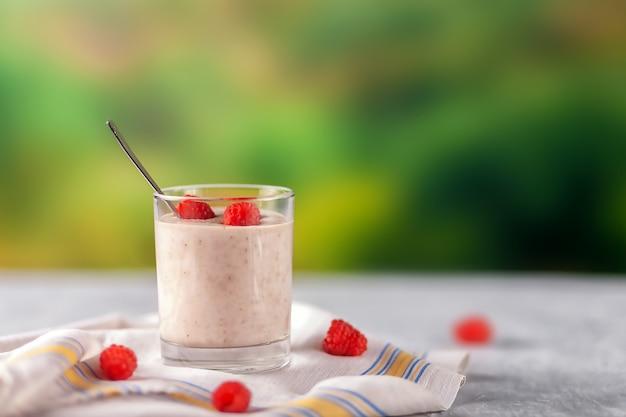 Здоровое диетическое питание. овсяный молочный коктейль с бананами и малиной.