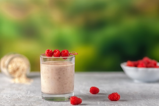 Здоровое диетическое питание молочный коктейль из овсяных хлопьев с бананами и малиной