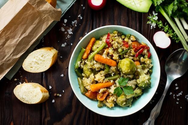 健康的なビーガン料理のクスクスと野菜のサヤインゲン芽キャベツ