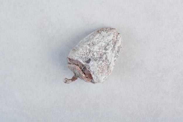 白い背景の上の健康的なドライフルーツ。高品質の写真