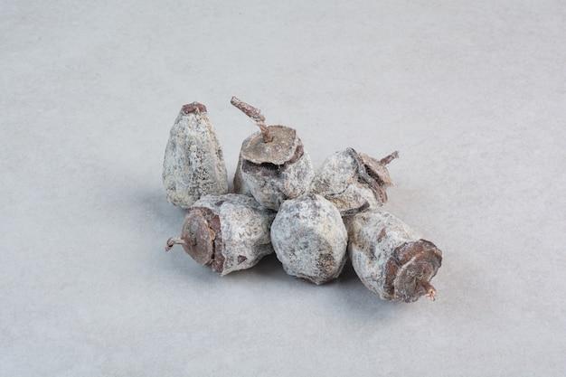 Здоровые сухофрукты на белом фоне. фото высокого качества