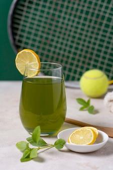 건강 음료와 레몬 조각