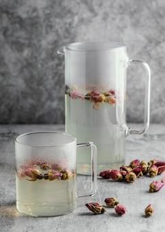 Состав здорового напитка на столе