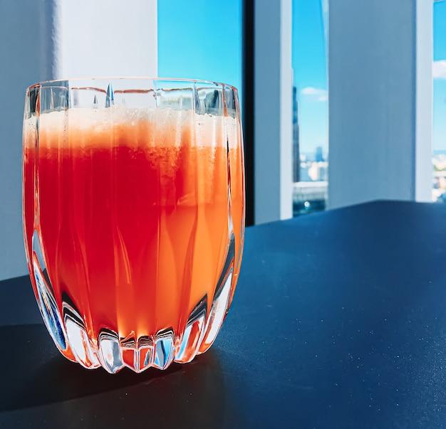 健康的な飲み物フルーツビタミンと飲み物メニューフレッシュジュースを高級レストランの屋外フードサービスで...