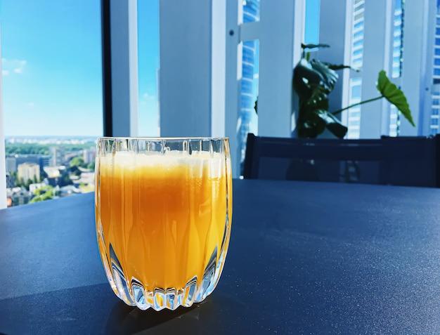 健康的な飲み物フルーツビタミンと飲み物メニュー高級レストラン屋外フードサービスとホテルの朝食のコンセプトで新鮮なオレンジジュース