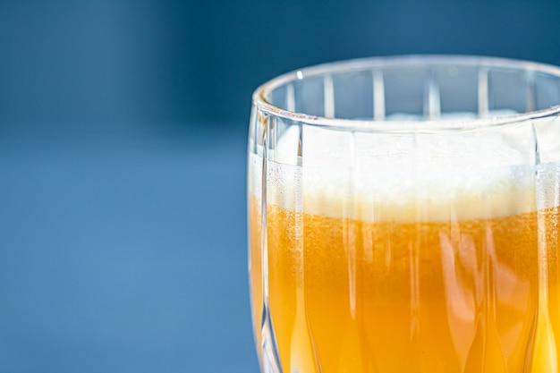 健康的な飲み物フルーツビタミンと飲み物メニュー高級レストランの屋外料理の新鮮なオレンジジュース...