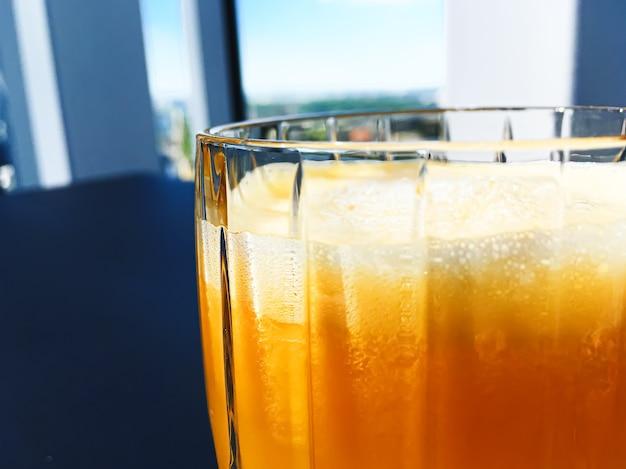 고급 레스토랑 야외 음식에서 건강 음료 과일 비타민 및 음료 메뉴 신선한 오렌지 주스...