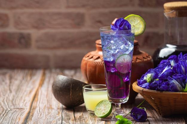 健康ドリンク、オーガニックブルーピースフラワーティーレモンとライム。