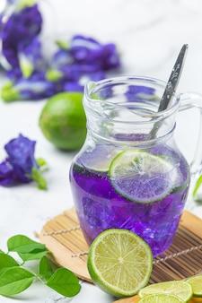 Полезный напиток, органический чай из цветов голубого горошка с лимоном и лаймом.
