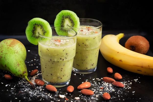 키위, 배, 바나나, 귀리 겨를 넣은 건강 음료.