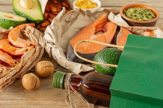 건강한 식생활 개념. 오메가 3 산의 천연 공급원. 야채, 해산물, 견과류 및 씨앗.