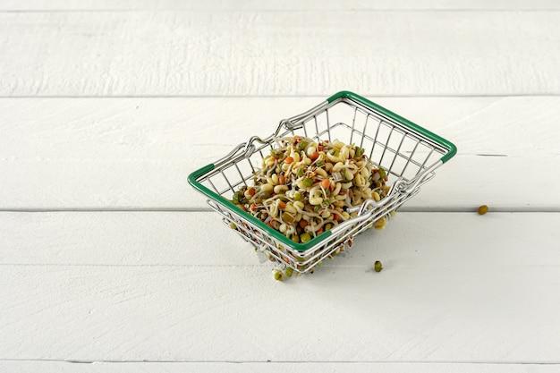 健康的な食事の概念。木製の背景、地元の食べ物のショッピングカートで発芽豆。