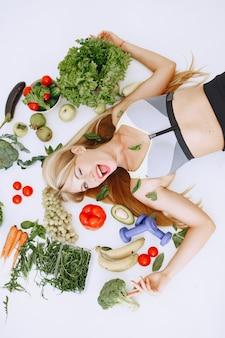 健康的な食事。ダイエットと人々の概念。床に横たわっている金髪。