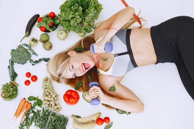 Здоровое питание. концепция диеты и людей. блондинка лежит на полу.