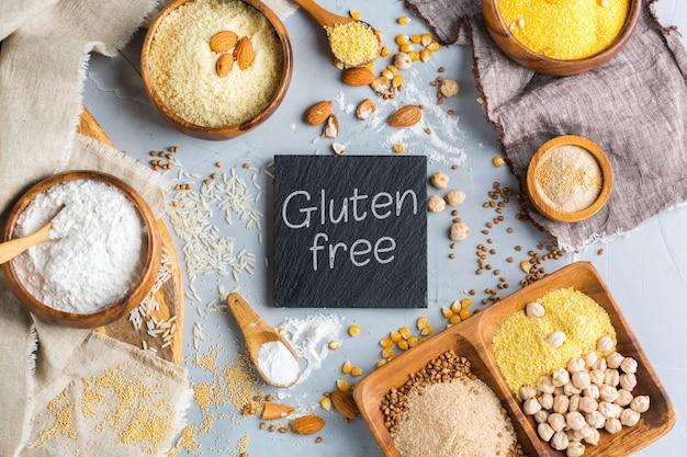 健康的な食事、ダイエット、バランスの取れた食品のコンセプト。テーブルの上のグルテンフリーの小麦粉、アーモンド、トウモロコシ、米の品揃え。上面図フラットレイ背景