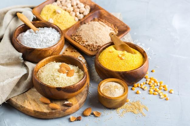 健康的な食事、ダイエット、バランスの取れた食品のコンセプト。テーブルの上のグルテンフリーの小麦粉、アーモンド、トウモロコシ、米の品揃え