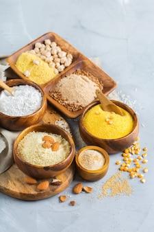 건강한 식생활, 다이어트, 균형 잡힌 음식 개념. 테이블에 글루텐 프리 밀가루, 아몬드, 옥수수, 쌀의 구색