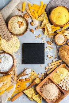 健康的な食事、ダイエット、バランスの取れた食品のコンセプト。テーブルの上のグルテンフリーの食品と小麦粉、アーモンド、トウモロコシ、米の品揃え。上面図フラットレイ背景