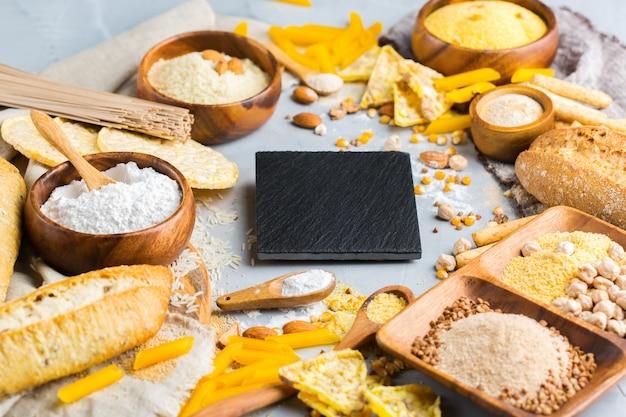 健康的な食事、ダイエット、バランスの取れた食品のコンセプト。テーブルの上のグルテンフリーの食品と小麦粉、アーモンド、トウモロコシ、米の品揃え