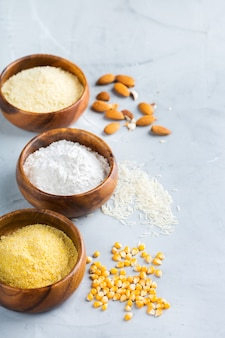 健康的な食事、ダイエット、バランスの取れた食品のコンセプト。グルテンフリーのアーモンド、トウモロコシ、米粉。スペースの背景をコピーする
