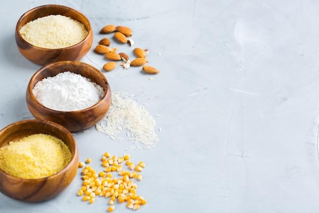 건강한 식생활, 다이어트, 균형 잡힌 음식 개념. 글루텐 프리 아몬드, 옥수수, 쌀가루. 공간 배경 복사