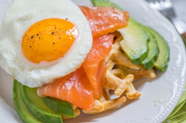 Здоровая пища, завтрак, овсяные вафли, копченый лосось, авокадо и яйцо