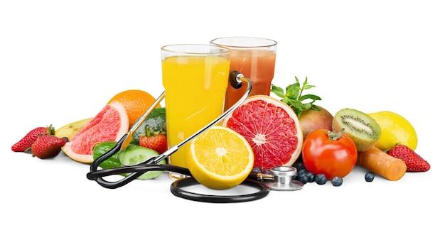 健康的な食事。果物、野菜、ジュース、聴診器