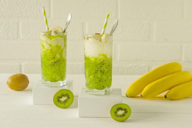 Здоровое питание - зеленый витаминный смузи с киви, бананами и другими овощами и фруктами. детокс-здоровый напиток для бодрости и хорошего самочувствия.
