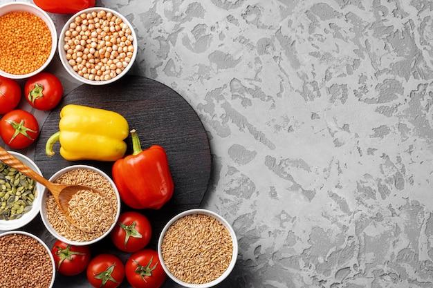 Здоровое питание. овощи и крупы на столе
